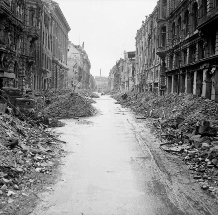 Destruction_in_a_Berlin_street